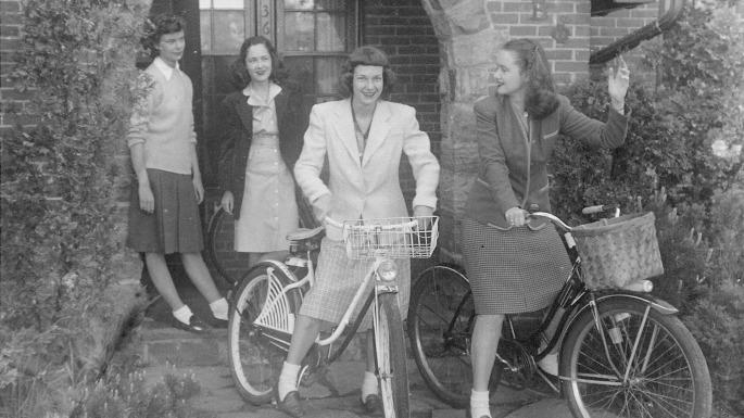 girls-on-bikes-retouched1-e1326043630116 copia